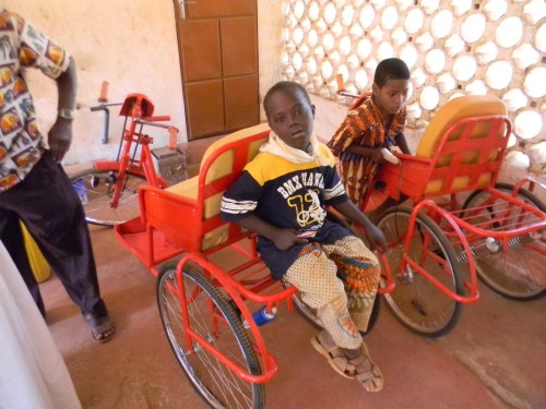 Voiturettes construites par l'atelier du Centre es des handicapés de Bombouaka, elles permettront de rendre une certaine autonomie aux jeunes adultes handicapés.