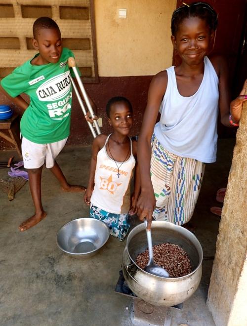 Maolé et ses amies du Centre des handicapés de Bombouaka