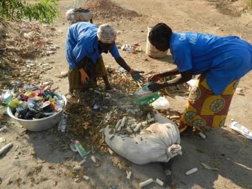 Les femmes de l'Afphy du quartier de Nassablé à Dapaong, au travail (ramassage de détritus)