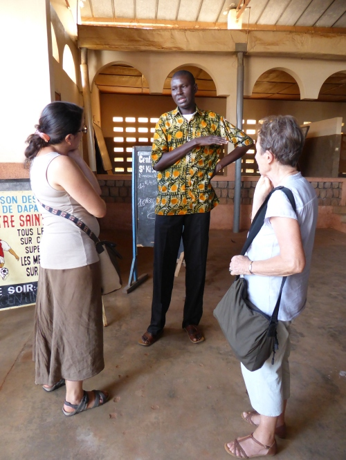 l'abbé François   Xavier  BOMBOMA, directeur de la Maison Saint Kisito et aumônier des prisons de la région des Savanes, s'entretient avec des membres de l'ADESDIDA (27 oct. 2014)