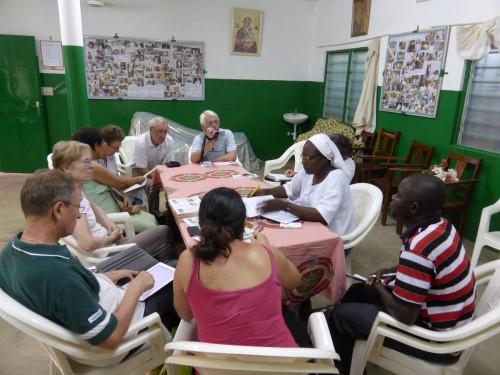 La sœur Marie Stella reçoit à Dapaong la délégation de l'Adesdida / Foi et développement de la paroisse St François de Sales ed Paris